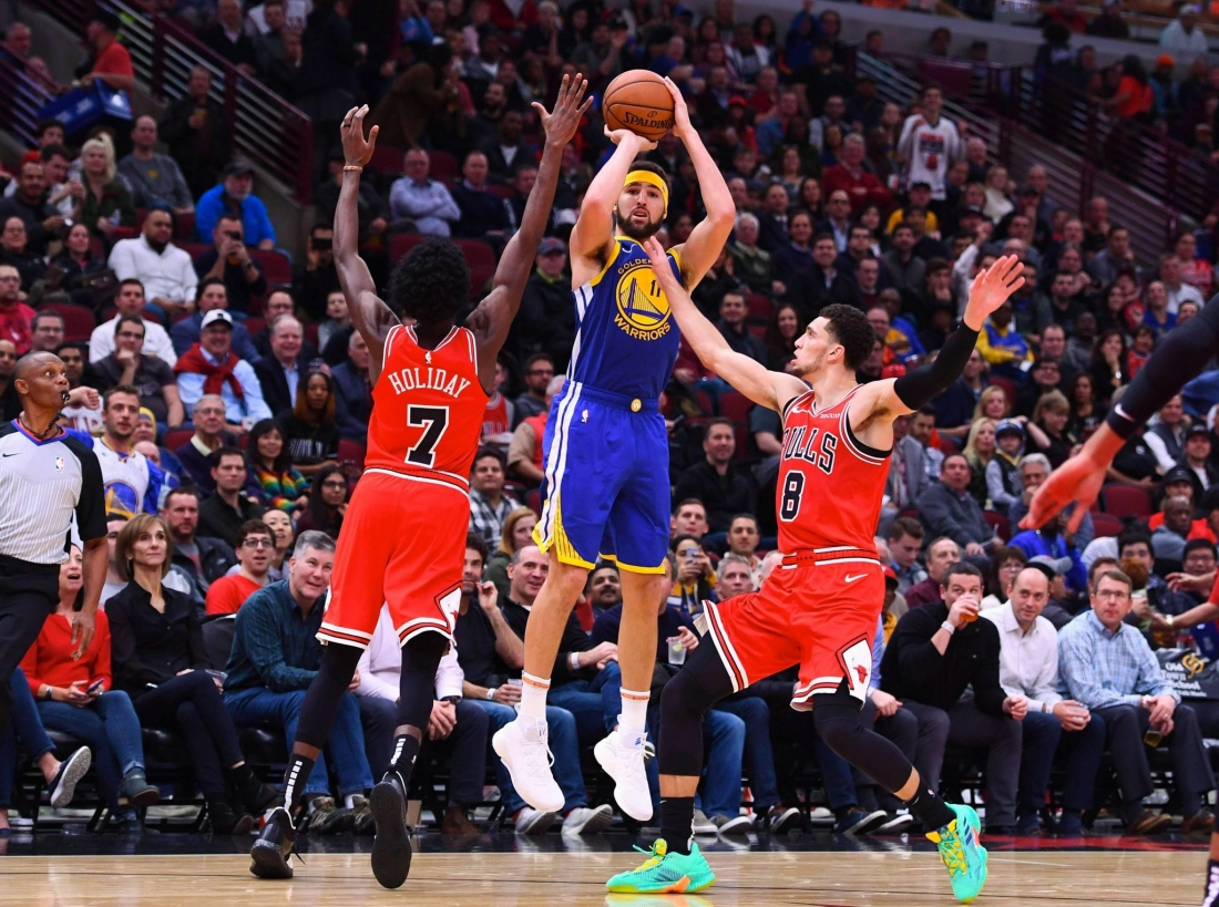 Klay Thompson shooting a three pointer against the Chicago Bulls